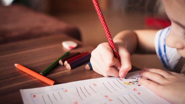 我們一方面希望孩子多閱讀,一方面卻反對他學的東西過深,但這只是個騙人的假象。(Pixabay)