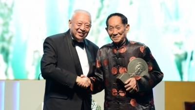 全國政協副主席董建華為袁隆平教授頒獎。(圖片:呂志和獎有限公司提供)