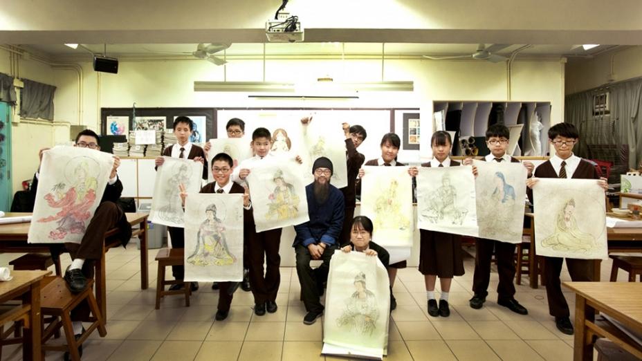佛教孔仙洲紀念中學學生與李淨老師的合照。(佛門網)