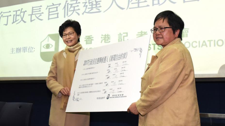林鄭月娥今早出席記協論壇,簽署新聞自由約章,胡國興及曾俊華也有簽署。