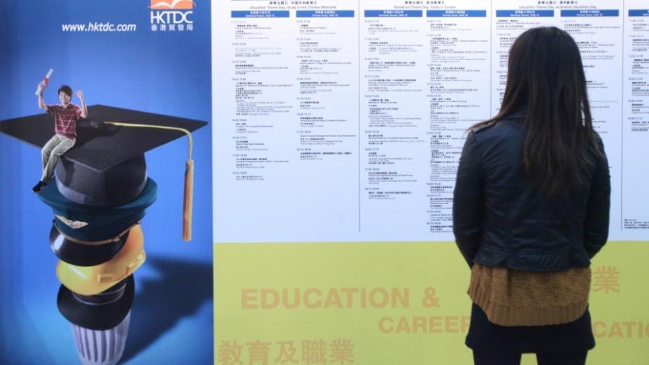 今時今日,大學生人數激增,在大學普及化下,大學生的起薪點自然也被「普及化」了。(亞新社)