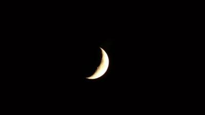 課文有一幅插圖,繪着星空;星空有一彎兩端上翹的新月;新月下凹處坐着一個小孩。(Peakpx)