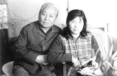 年邁的吳祖光(左)和妻子新鳳霞合影(網絡圖片)