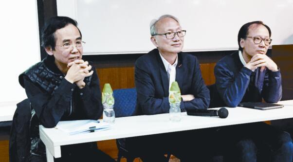 前香港電台副廣播處長戴健文(中)、前香港電台數碼電台台長葉世雄(左)、前香港電台第一台台長鄭啟明在講座現場。