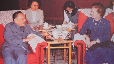 1982年中英談判期間,戴卓爾夫人(右)與鄧小平(左)會面。(亞新社)
