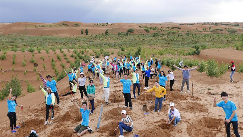 學生在內蒙古恩格貝植樹。