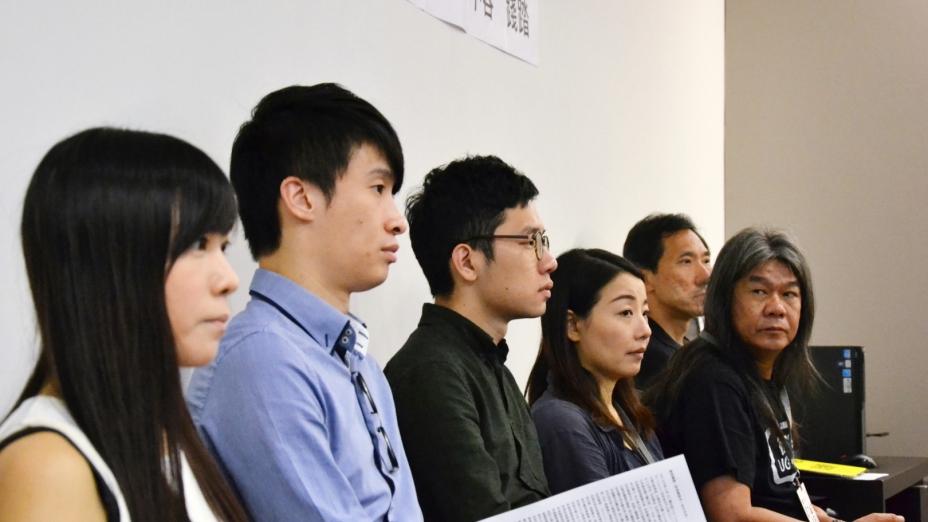 六位被取消資格的立法會議員會見傳媒。(亞新社)