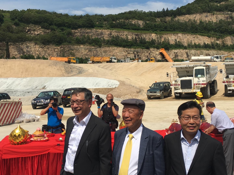 呂志和(中)聯同兒子呂耀東(左)及嘉華建材董事總經理徐應強(右)出席主持安達臣道石礦場移交儀式。