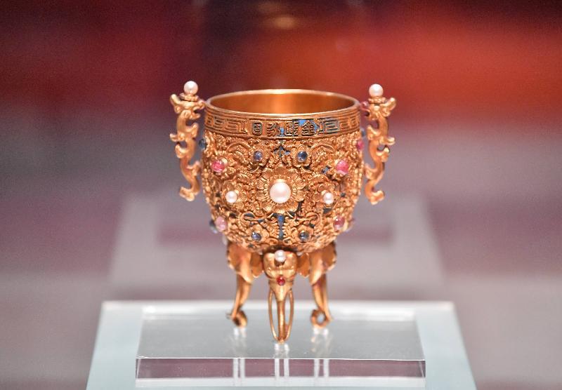 清朝乾隆時期的金嵌珠寶「金甌永固」杯。(康文署)