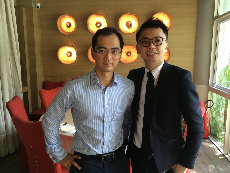 王澤基教授說現在的年輕人比他那一代有本事,也有更多課外活動的精彩體驗,但切忌自視過高,對工作諸多挑剔。(作者與受訪者合影(作者提供))