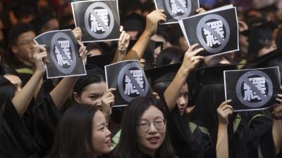 在香港司法獨立程度由中央決定的情況下,港人可以做些什麼有積極性的事?(亞新社)