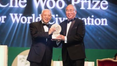 團結香港基金主席董建華頒發持續發展獎予解振華。解振華表示,中國在改善全球氣候問題上會繼續發揮作用。