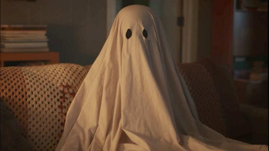電影《再見魅了緣》(A Ghost Story)的劇照,男主角長時間以白布遮蓋自己,寓意未亡人看不到故人。(網絡圖片)