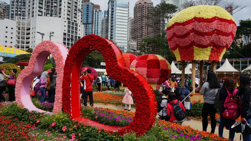 「心心相印」裝飾供遊人打卡留念,熱氣球準備接載大家遨遊童話世界。
