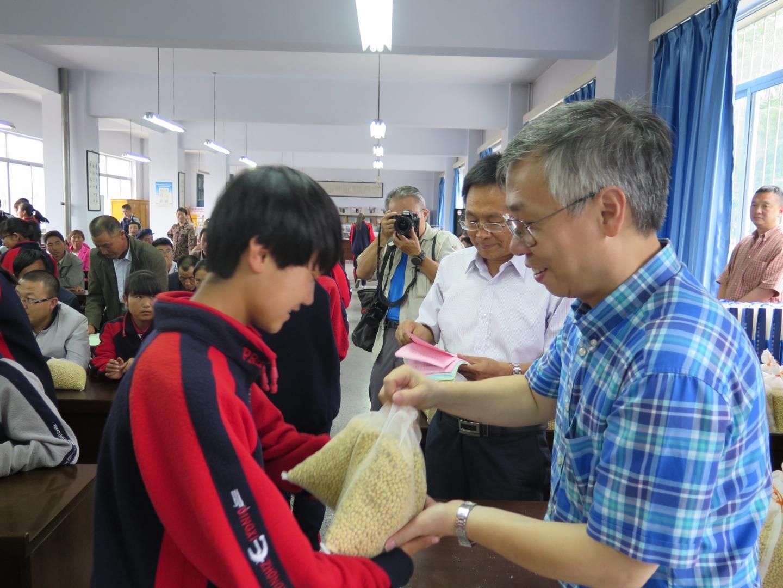 為了實際改善農民耕作的方法,他一直與內地各個學術單位合作,如甘肅省農科院合作和深圳華大基因研究院,希望借助內地科研團隊的力量,培植耐鹽大豆。