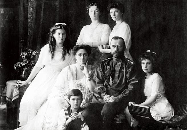 在二月革命中退位的沙皇尼古拉二世(1868—1918)(右二)及其家人,1918年遭列寧下令處決。(網絡圖片)