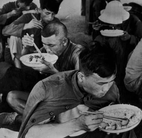 在中、蘇「一黨領導」體制下,計劃經濟衍生官僚主義、大飢荒。圖為1962年逃亡香港的中國大陸飢餓群。(網絡圖片)