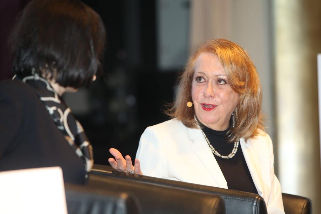 Vicky Colbert女士是新學校基金會(Fundación Escuela Nueva,FEN)的創始人兼主管,曾擔任哥倫比亞教育部副部長、聯合國兒童基金會拉美及加勒比海地區教育顧問,並在任上創建、擴大並維繫該教育創新專案目的發展。現成立了非盈利機構新學校基金會,提高了哥倫比亞農村公立學校的教育素質,並被14個發展中國家採用,改善了500多萬兒童的生活。