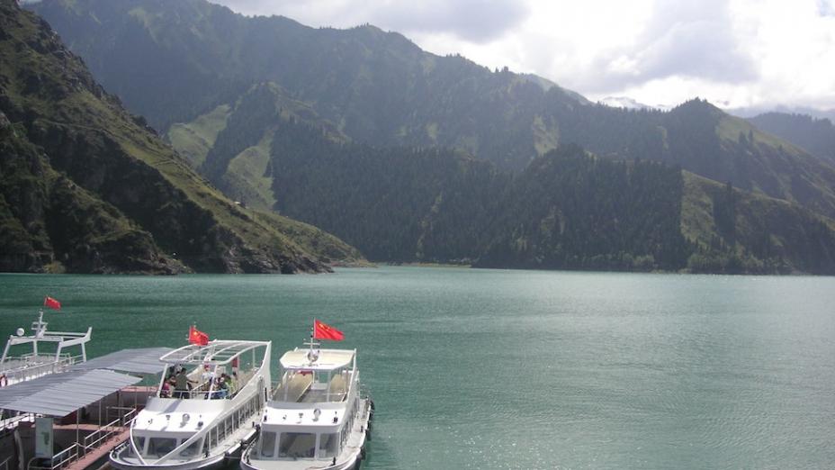 天池之行最舒服的地方是,旅行社安排團員乘坐機動船環繞湖泊一周,遊覽全湖的山景秀色。
