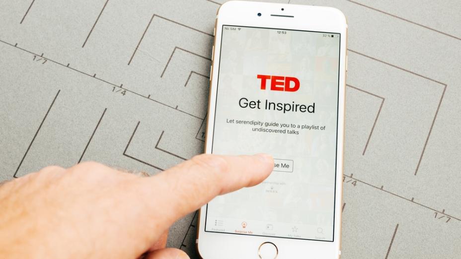 TED 的對象是電腦及手機用戶,吸引這些上億萬的觀眾,影響他們也就影響世界。(shutterstock)