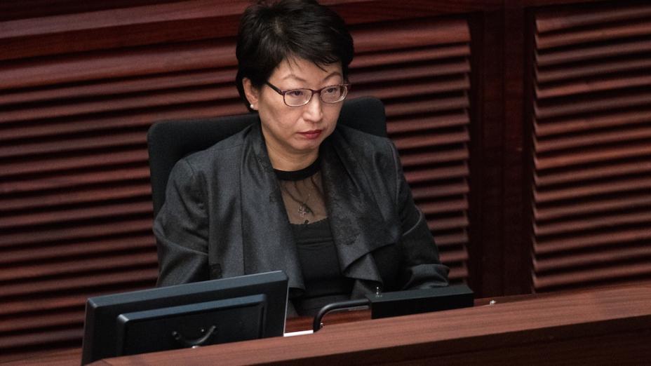 到目前為止,儘管傳媒曝光了律政司司長鄭若驊家中的僭建物已經超過兩星期,但她還是沒能力挽狂瀾。(亞新社)