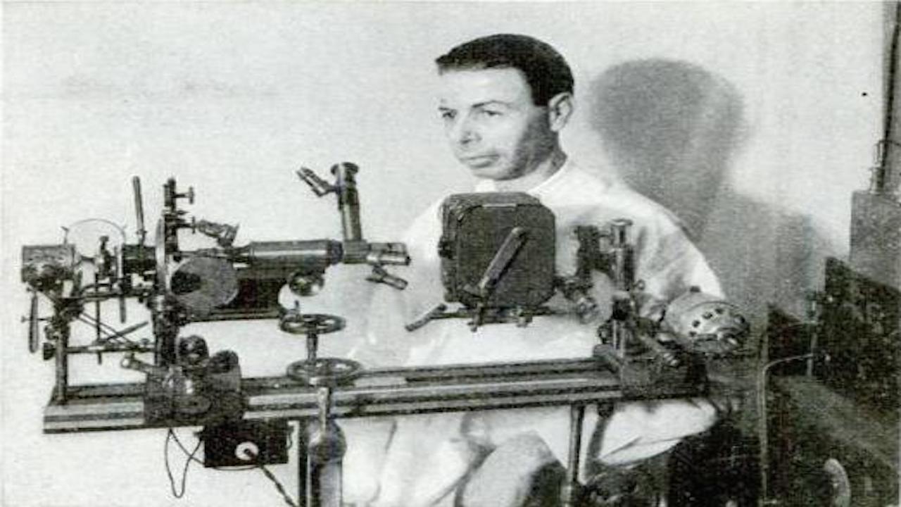 皇家雷蒙德賴夫,他發現有機體引起癌症,於是用廣播頻道和音頻,毀滅癌症裏活躍的多形性有機體,治療癌症。(Wikipedia Commons)