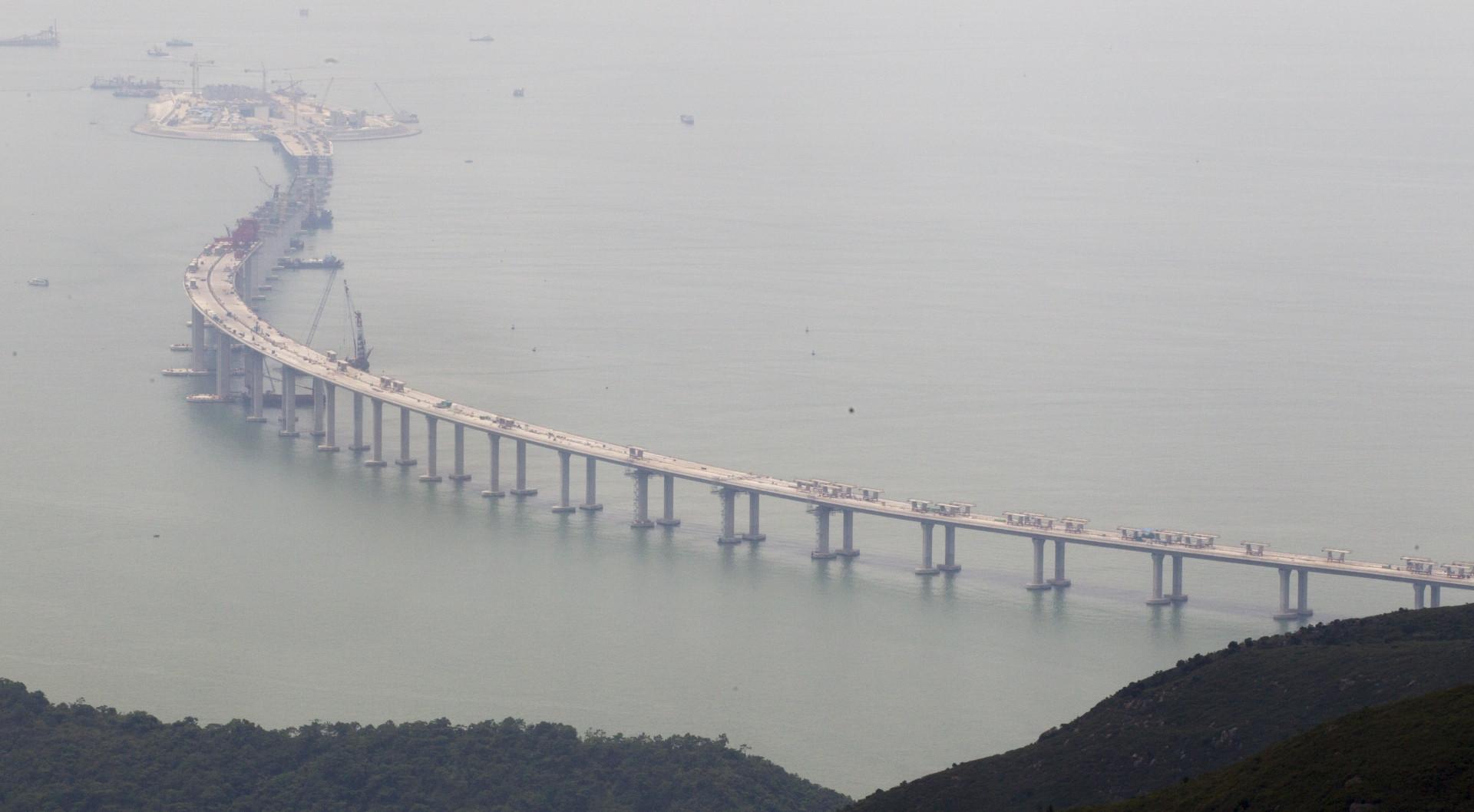 港珠澳大橋全部路段已於2017年12月竣工,將於2018年2月檢收,最快3月通車。(亞新社)