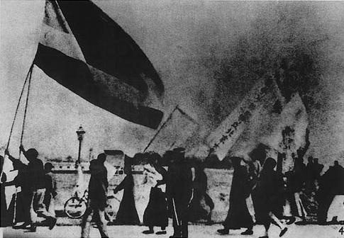 1919年5月4日,學生在北平舉着國旗遊行,喊着「外爭國權,內除國賊」。(Wikipedia Commons)