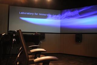 潘明倫教授指浸大二年級生修讀相關科目時會到LIATe Lab上課。(LIATe官方網站)
