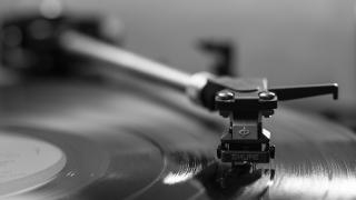 集中精神聽音樂