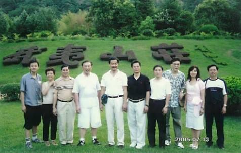 2005年,專業聯盟代表團訪問福建,在武夷山合照。(梁振英Facebook)