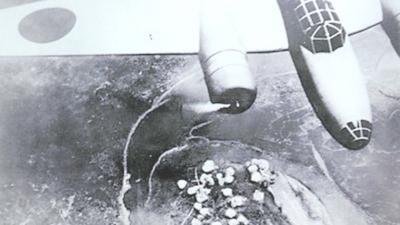 1940年6月16日,日軍隨軍記者在轟炸機上拍攝,發表在《朝日新聞》上,從飛機上俯拍的日軍轟炸重慶的照片。(Wikipedia Commons)