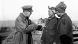 第一次世界大戰期間,身處歐洲戰場的華工,與英國軍官交談。(Wikimedia Commons)