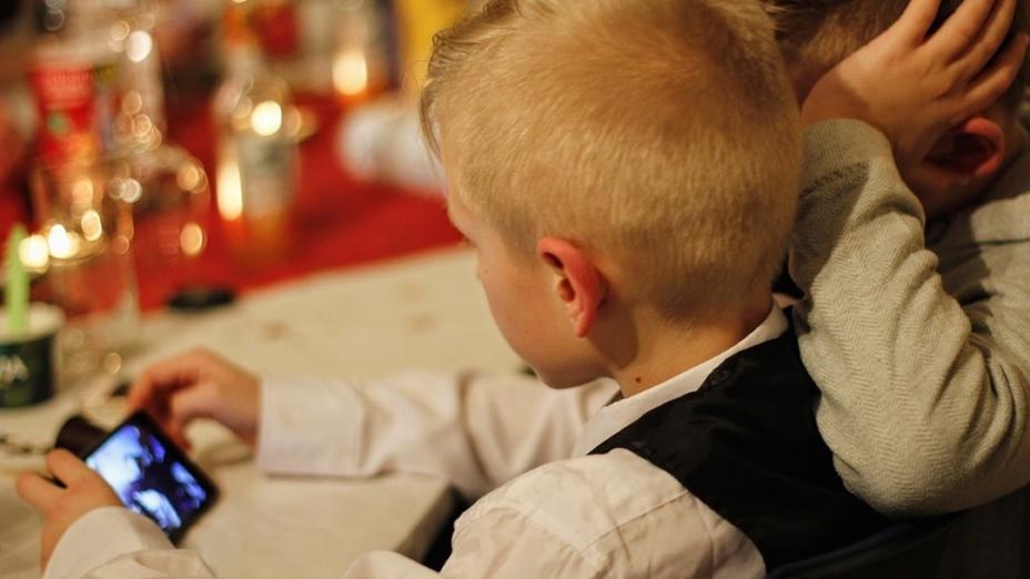 不宜讓幼童過早擁有智能手提電話,因為他們可能專注於手機的電子遊戲,對日常學習可能造成負面效果。(Pixabay)