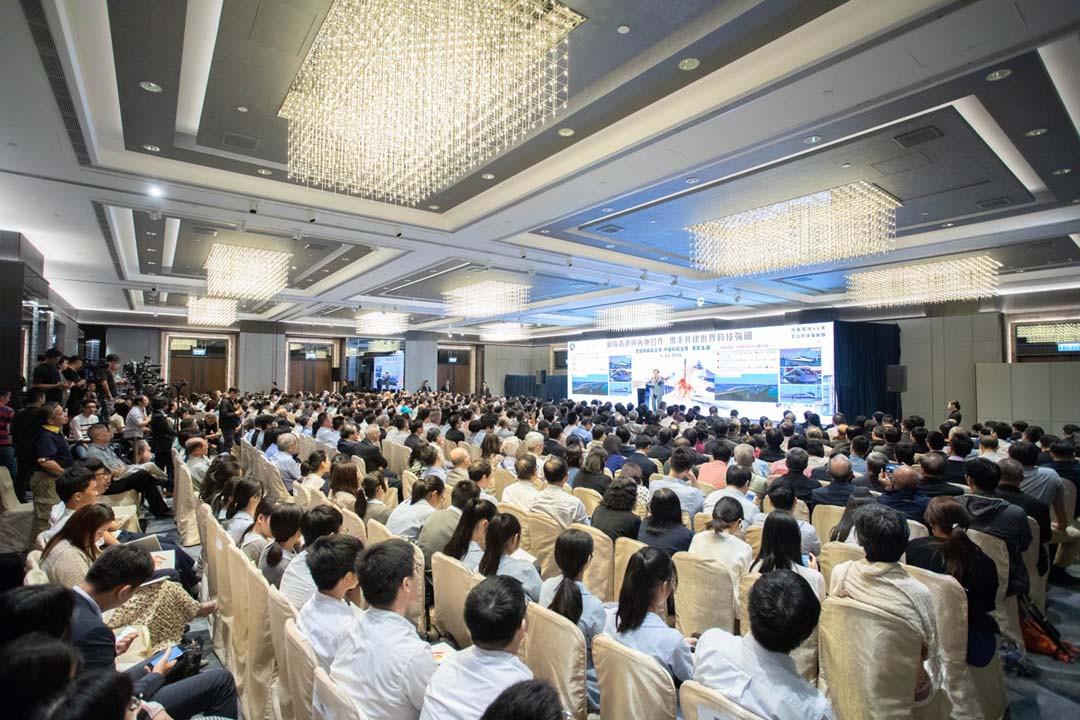 萬鋼主席強調香港應主動融入國家發展大局,立足於「同發展、共繁榮」,以達成多贏局面。