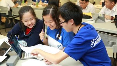 教大教學科技中心舉辦「基石數學」夏令營,讓中學生親身感受電子學習的樂趣。學生透過「基石數學」學習線性函數,樂在其中。(香港教育大學提供)