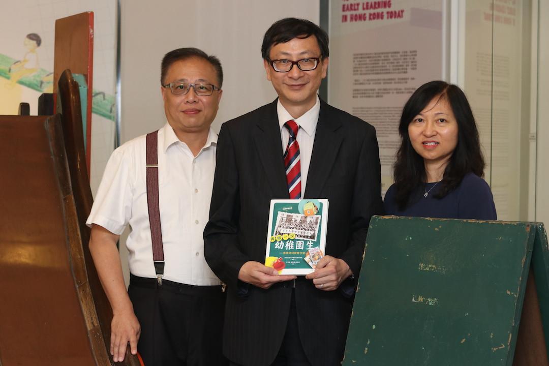 香港教育故事《再做一次幼稚園生》的三位主編,從左至右:鄭保瑛博士、李子建教授及張樹娣女士。李教授擁有豐富的出版經驗,張女士與鄭博士熟知歷史檔案與本港的教育發展與變遷。新書內容深入淺出,值得期待。