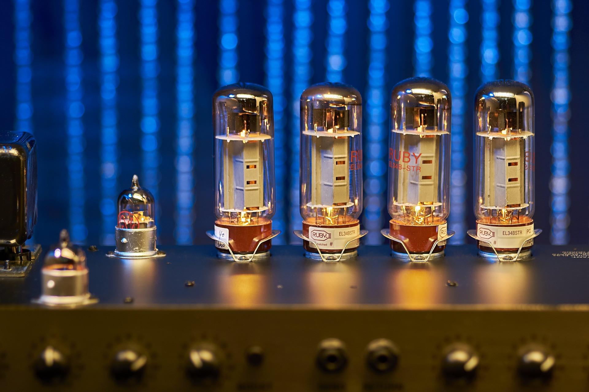 很多音響初哥覺得膽機很有型,炫耀空間大,甚至借此打壓音響門外漢(Shutterstock)