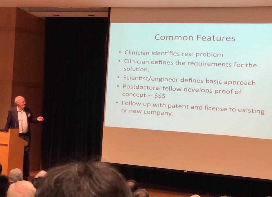 格拉布教授向與會者介紹研究成果商業化的步驟。(作者攝)