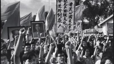 作為國營報紙的官方攝影師,李振盛當然在一定程度上只是遵命攝影,但作為一個具有敏銳眼光的年輕人,他也捕捉到一些十分複雜的鏡頭:他準確地拍攝到人的悲劇和人性的弱點,不僅為他的同輩而且也為後代創造了永久的遺產。(香港中文大學出版社)