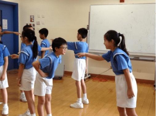 五年級學生透過戲劇訓練表達自我。