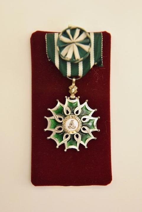 香港藝術館展出吳冠中於1991年獲法國政府頒發的藝術與文學軍官勳章。(政府新聞處)