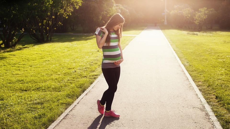 擺在孕齡青年前面的障礙不止經濟壓力,還有時間壓力。(Pixabay)