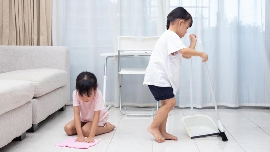孩子要學習分擔家務其中一個重要原因,就是透過共同完成家中事務,建立一家人互相幫助的精神和關係。(Shutterstock)