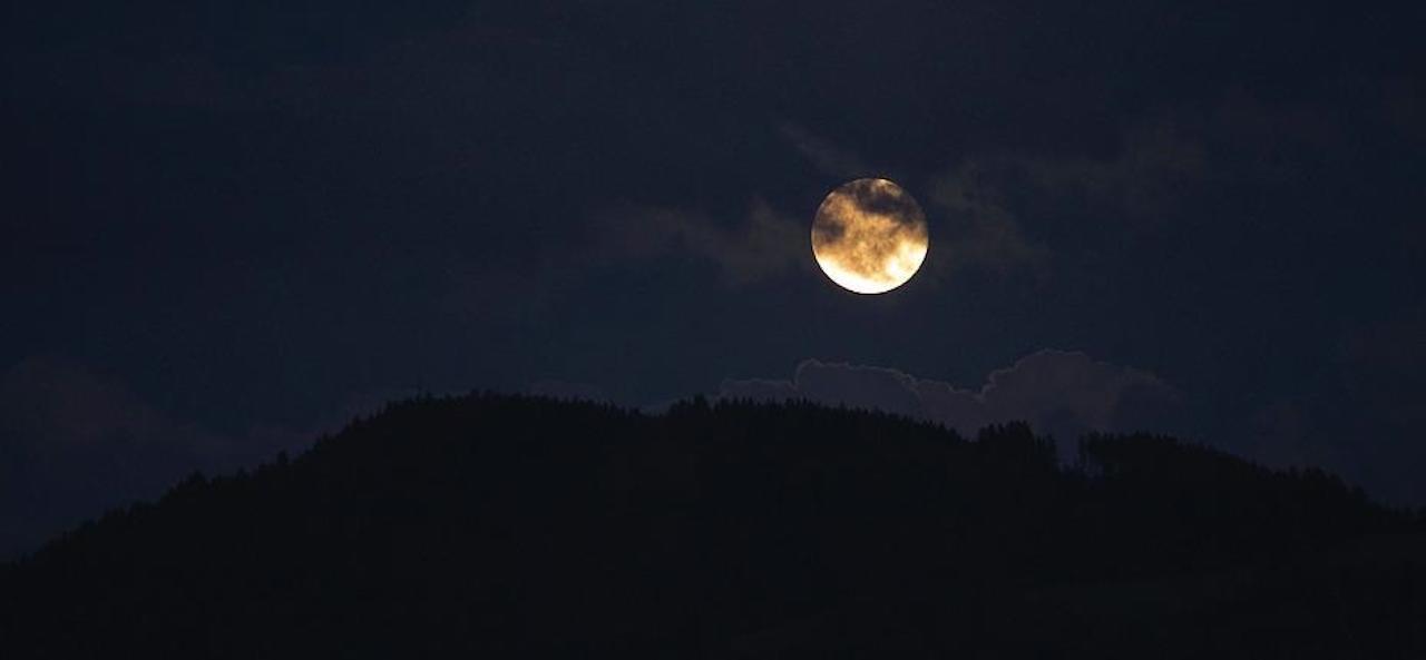 中秋節將至,我不會幻想有一個熱鬧的中秋節了,到時候一個人抬頭看着天上的明月。(Pixabay)