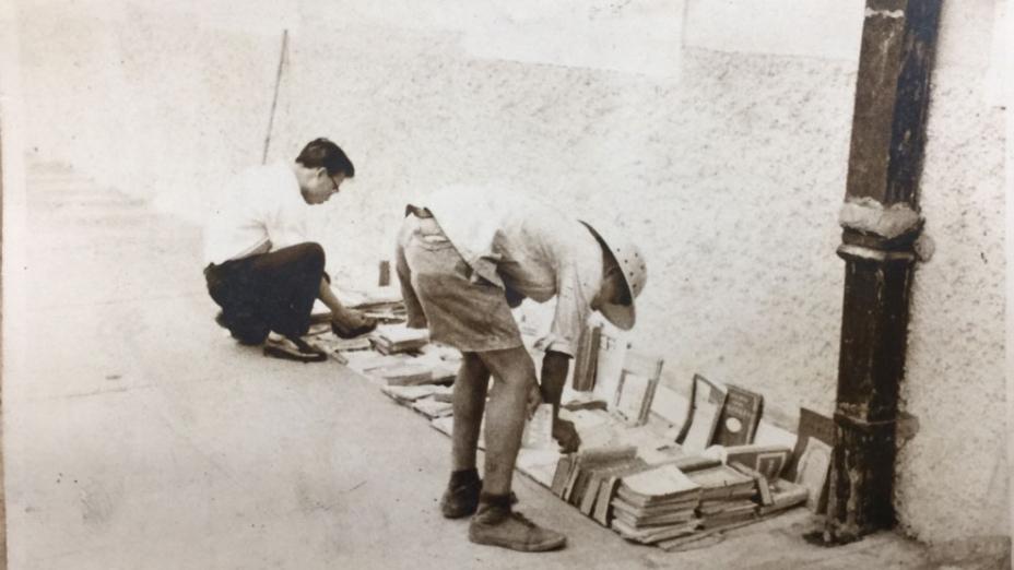 當年旺角奶路臣街域多利戲院附近德仁書院牆邊書攤。