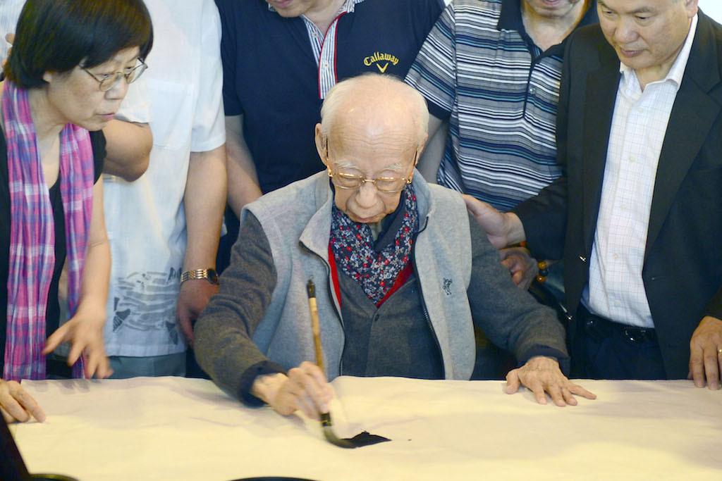 香港的國學大師饒宗頤教授就是研究甲骨文的專家。(亞新社)