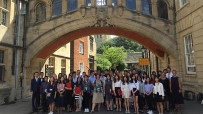 恒管在英國牛津大學的交流生與老師、同學合影。
