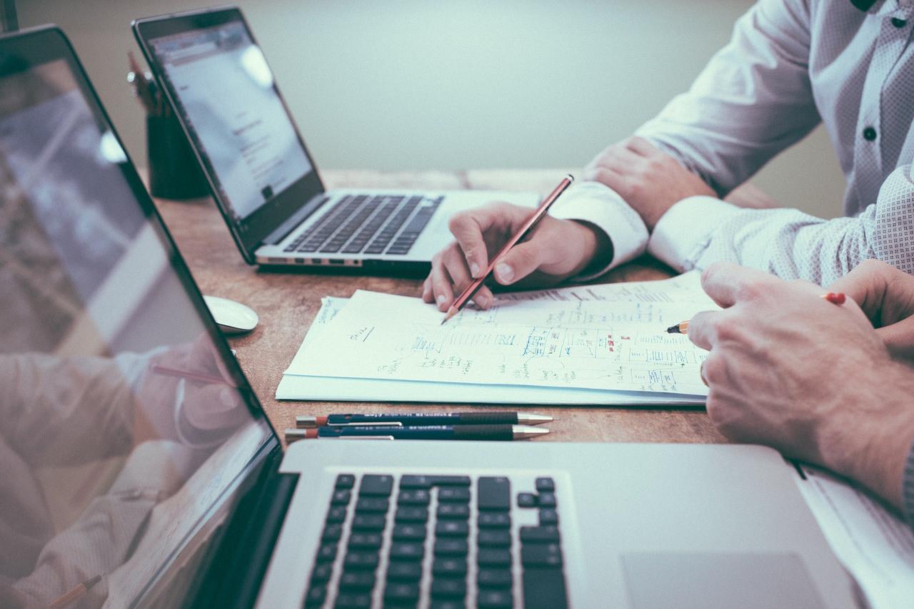 不管滿足感的來源是否一樣,工作在市場的競爭和壓力推動下變得愈來愈機械化、量化和同質化。(Pixabay)