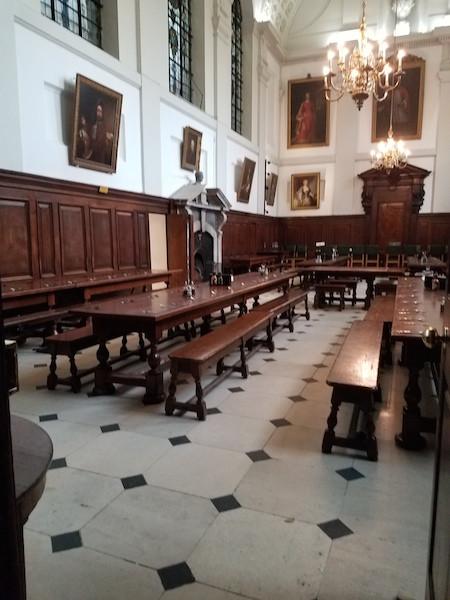 進入點滿蠟燭的飯堂,令人想起《哈利波特》霍格華茲魔法學院的場景。